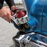Cadillac con tapón de gasolina detrás del faro